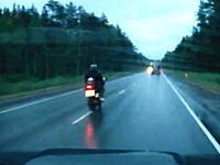 信じられない交通事故動画。バイクと大型トラックの正面衝突