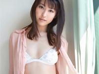 黒田有彩 ランジェリーにエプロン姿でポーズ、ヒップをゴシゴシ