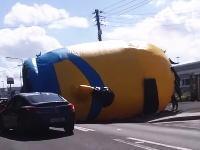 どうすりゃいいの動画。超巨大なミニオンカールが道路を転がってきたw