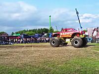 モンスタートラックのタイヤが外れて観客に飛び込む危険な事故のビデオ。