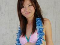 松島瑠美 ビーチ、白の三角ビキニ水着をまとってスラッとしたスレンダーボディを魅せる