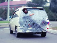 悪ふざけすぎw車のリアに友人をダクトテープで張り付けて街を走ってみた。