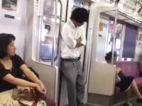 電車のドアに寄りかかって居眠りするのは危険ですすぎるwwwリーマン風の兄ちゃんがww