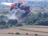 航空ショーで戦闘機が幹線道路に墜落し7人死亡、15人が負傷した事故のビデオ。