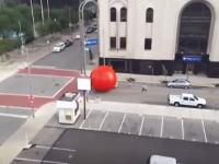 アート作品から逃げ出した巨大なボールが街を彷徨う。なかなかのスピードw