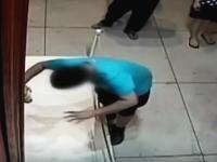 美術展の約2億円の絵画が参観者の不注意で破損してしまう。その監視カメラの映像。
