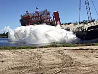 見学場所の設定ミスw貨物船の進水式で観客大パニックなハプニング映像。