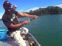 これはデカいwフランスの川でスーパーサイズのナマズを釣り上げた男のビデオ。