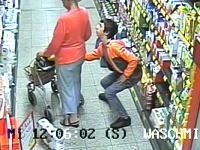 なんかワロタ。買い物客の女性のカバンからサイフを盗む男の動きがw