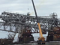 巨大な鋼鉄製の梁を解体する作業があぶねえ。もうちょっと考えようよw