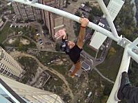 高所でガクブルい動画最新版。映像を見ているだけで動悸が。遺棄された建物に登る。