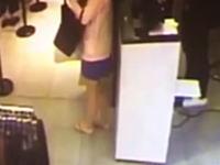 そんな器用なwショップのカウンターに隠れて立ったまま脱糞する女が撮影される。