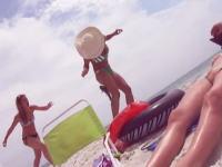 ビーチでナマズ遊びをしていたギャルたちに痛いハプニング。ふとももにナマズが刺さる