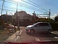これは酷い高齢者の運転。アクセルを踏み間違えて標識に激突。そしてそのまま・・・。