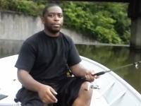 このイタズラわろたw黒人のマジな表情ワロリwダムの釣りで・・・。