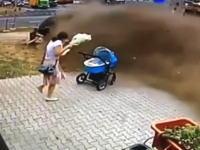 ベビーカーの赤ちゃん危機一髪!歩道に超速の事故車が突っ込んできてギリギリ!