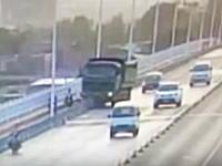 コントロールを失ったダンプがバイク一台を踏み潰して橋から落下してしまう。