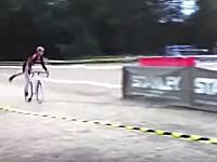 なかなかの飛びっぷりw自転車から降りたのに障害物でぶっ飛ばされる選手。