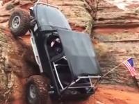 これは詰んでるだろwwwと思われたが。垂直に近い岩を登ってしまうジープの映像。
