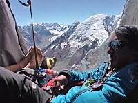 断崖絶壁にテントを張って休む登山家たちのビデオ。ヒマラヤ山脈メルー峰の岩壁にて。