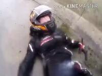 大雨のなか彼女と2ケツしていたバイクが転倒。すっごい滑っていく様子を記録した珍しいヘルメットカム。