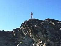 自殺レベルの崖の上から飛び込む男たち。東尋坊より10メートル以上高い。