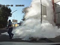 小麦が事故ドーン。カーブを曲がりきれなかったトラックがビルに衝突して白い粉ボワッ!ドラ死。