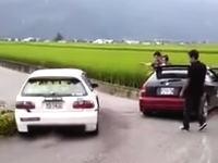 シビックのちょっと間抜けな事故映像。事故現場を避けようとして田んぼに落ちるw