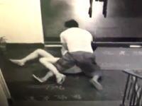性犯罪の決定的瞬間。ホテルの監視カメラが捉えた若い女性が乱暴されてレイプされそうになる映像。