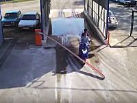 車止めのゲートを突破した二人乗りノーヘルDQNが二度目の突破で盛大に事故るw
