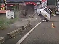 これもなかなかハゲスィ事故映像。目の前の軽四が縁石に乗り上げて大横転