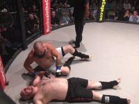 MMAケージファイトで脱糞。絞められた男がリング上にウンコを漏らしてしまうハプニング。