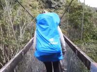 渡っていた吊り橋が突然崩壊したら!?回していたカメラが衝撃の瞬間を捉えていた。