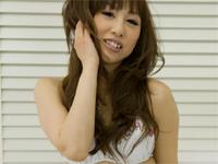 中山綾 ヒョウ柄Tバックランジェリー姿になってセクシーポーズ、ベッドの上でTバックのまん丸なヒップを突き出す