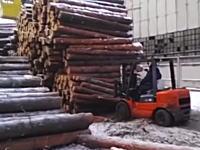 デンジャラスな作業。山のように積まれた何トンもある丸太なのに作業が雑すぎねえ?W