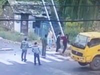 設置作業中の看板が電線に触れちゃって男性3名が同時に感電しちゃうビデオ。