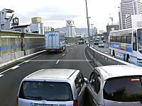こいつらDQNすぎワロタw阪神高速で本気でぶつけ合う二台の車が撮影されるw