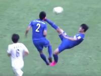 これはw中国サッカーで見事なジャンピングハイキックが味方の選手に炸裂した瞬間。