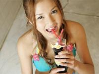 長崎莉奈 海岸でピンクの三角ビキニ水着を身につけてスレンダーボディをアピール