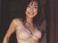 七海薫 水色の水着を身につけてシャワーを浴びながらスラッとしたボディラインを魅せる